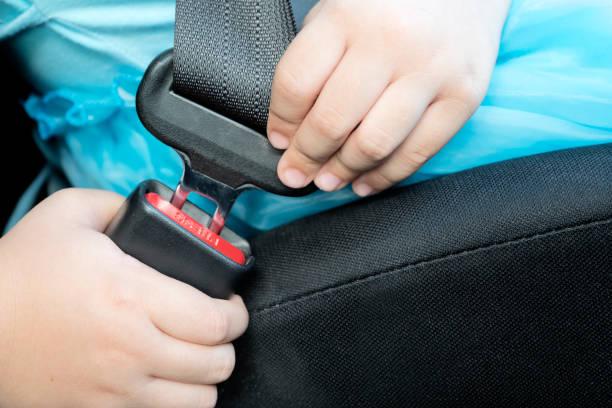 Las chicas llevan cinturones de seguridad. - foto de stock