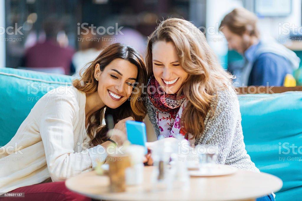 Mädchen im Café SMS – Foto