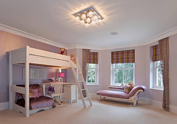 mädchen in rosa schlafzimmer - etagenbett weiss stock-fotos und bilder