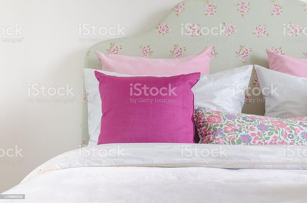 Camera Letto Rosa : Ragazza di camera da letto con cuscino sul letto rosa verde