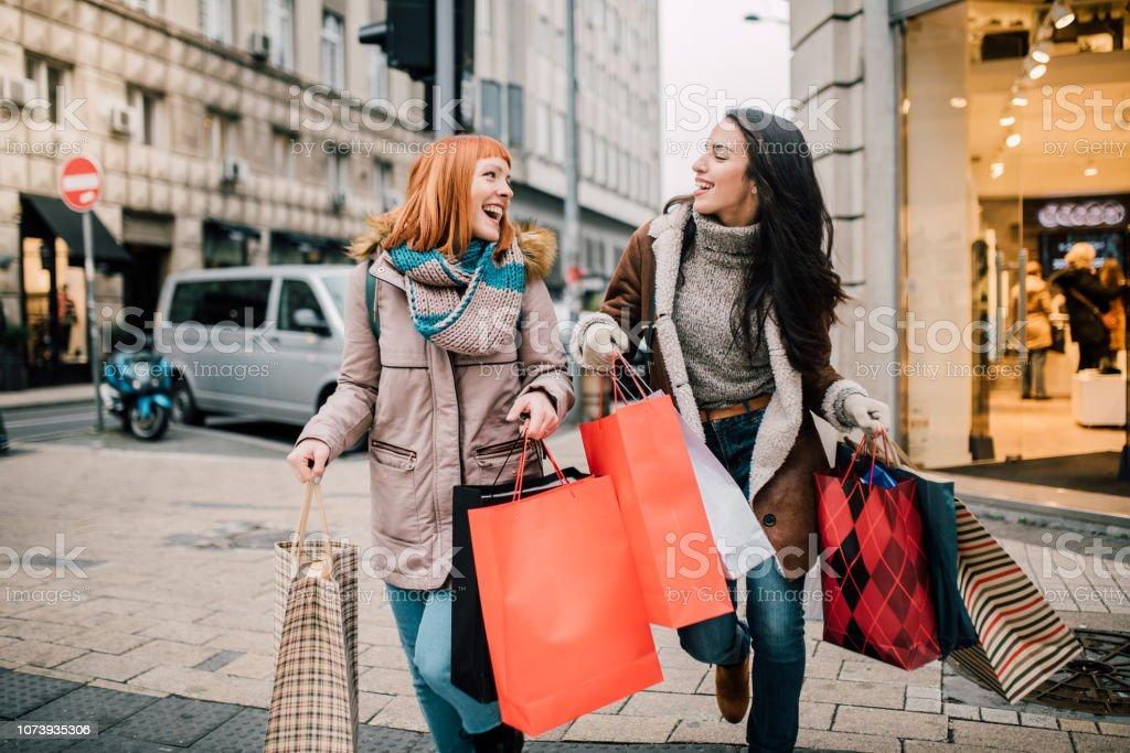 Meisjes uitvoering van boodschappentassen - Royalty-free Bedrijven financiën en industrie Stockfoto