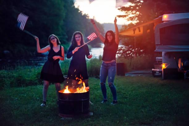 girls feiern unabhängigkeitstag in camping. - tanz camp stock-fotos und bilder