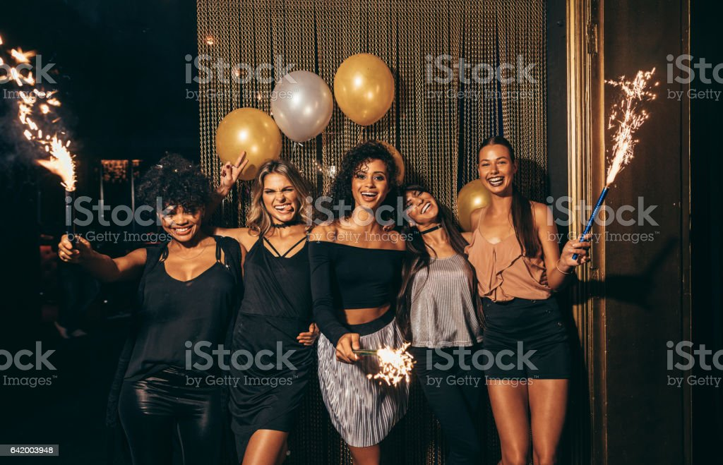Girls celebrating new years eve at the nightclub – Foto
