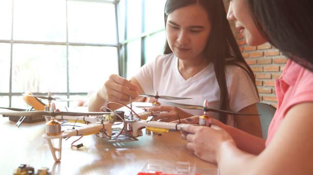 Mädchen entwickeln eine DIY elektronischen Drohne – Foto