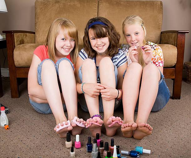 ragazze facendo le unghie - bambine femmine foto e immagini stock