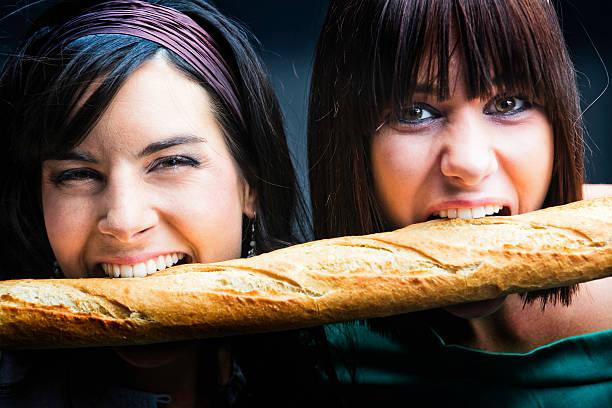 Mädchen isst eine französische Brotlaib – Foto