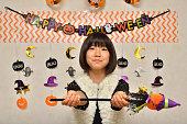 女の子は、ハロウィンをお楽しみください。