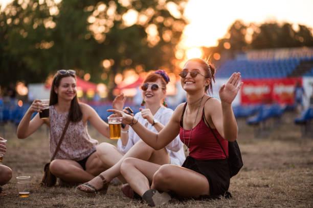 mädchen genießen im sommer - tanz camp stock-fotos und bilder