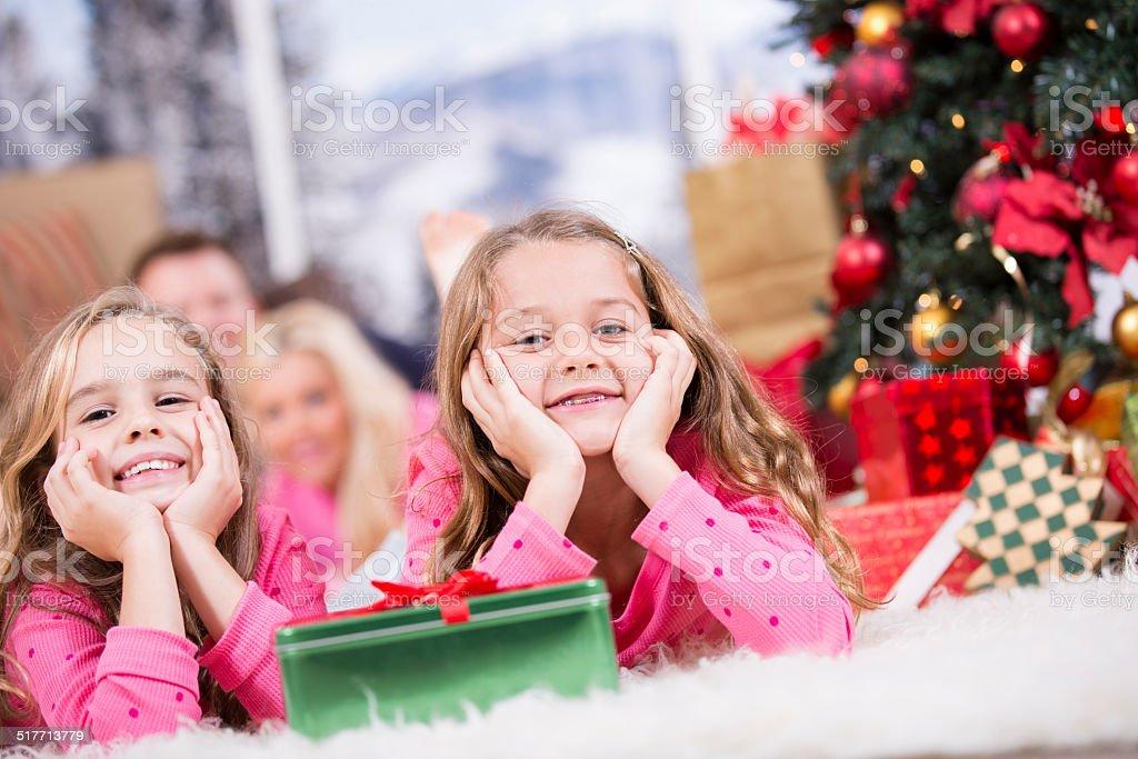 Eltern Geschenke Weihnachten.Mädchen Aufgeregt Zu öffnen Weihnachten Präsentiert Eltern Geschenke