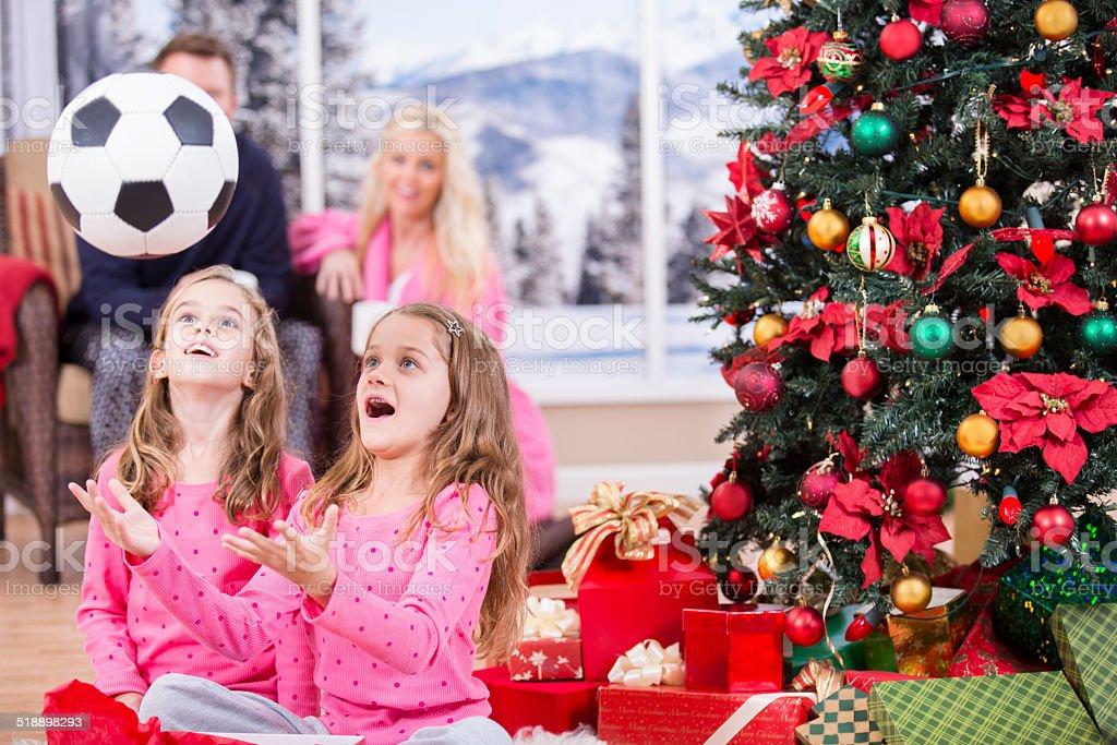 Madchen Excitedly Offnen Weihnachten Prasentiert Fussball Ball Eltern Baum Und Geschenke Stockfoto Und Mehr Bilder Von 6 7 Jahre Istock