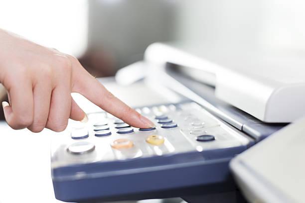 fille presse bouton du doigt un photocopieur - photocopieuse photos et images de collection