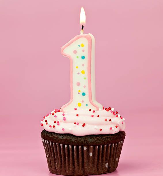 mädchen-erste geburtstag cupcake - nummer 1 kuchen stock-fotos und bilder