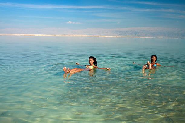 dziewczyny pływające w słoną wodą. - morze martwe zdjęcia i obrazy z banku zdjęć
