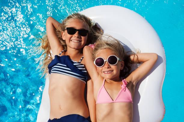 mädchen-freunde genießen sommer im swimmingpool - traum pools stock-fotos und bilder