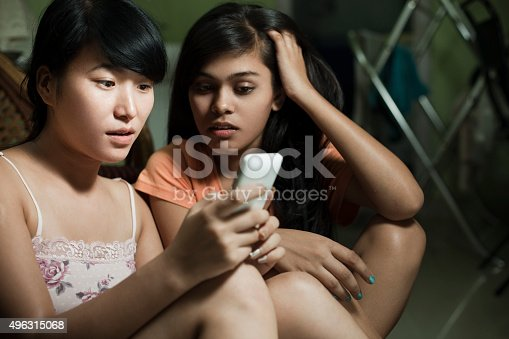 istock Girls from different ethnicity shocked by reading something on smartphone. 496315068
