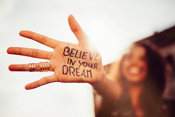 """mão da menina com """"penso no seus sonhos'escrito nele - writing ideas imagens e fotografias de stock"""