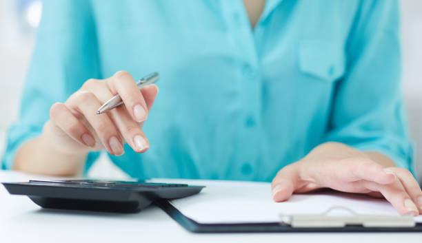 Des Mädchens Hände zählen auf dem Rechner – Foto
