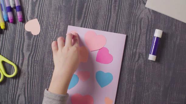 여자의 손 접착 카드. 발렌타인의 날 - 예술 공예품 뉴스 사진 이미지