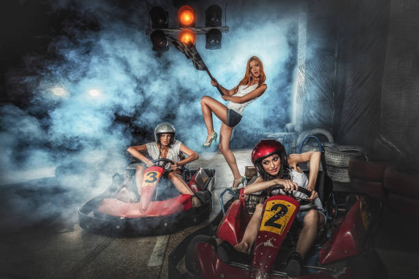 Las chicas se divierten en karting - foto de stock