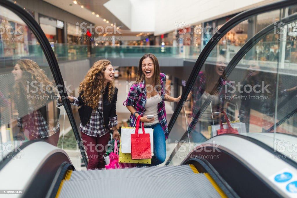 Garotas se divertindo no centro comercial - foto de acervo