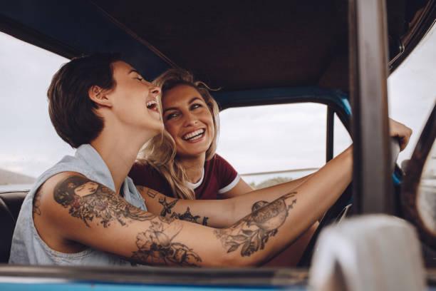 mädchen, die spaß auf roadtrip - freundin tattoos stock-fotos und bilder