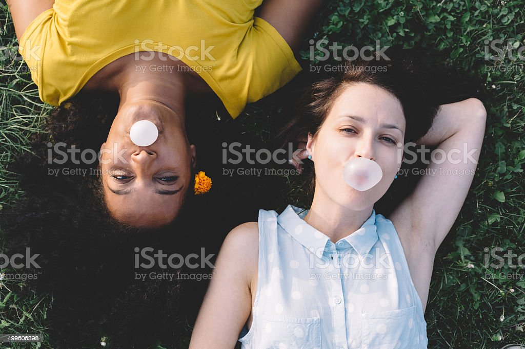Chicas divirtiéndose con globos juvenil - foto de stock