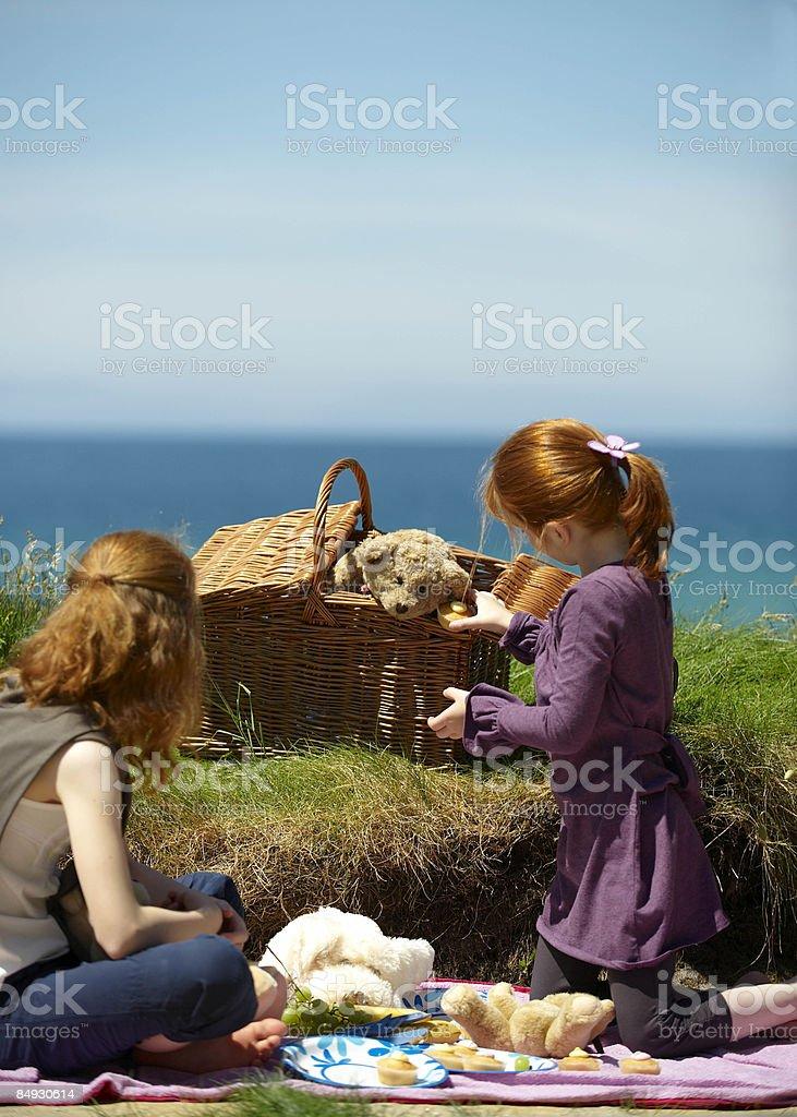 Deux filles de pique-nique des ours en peluche «Cornouailles, Royaume-Uni photo libre de droits