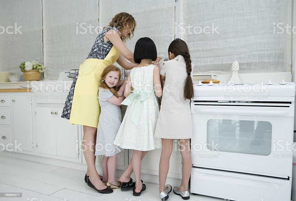 Girls helping woman cook royalty-free 스톡 사진