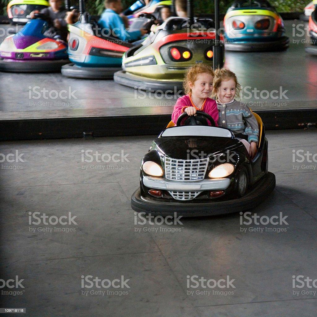 Mädchen in bumper sticker im Freizeitpark – Foto