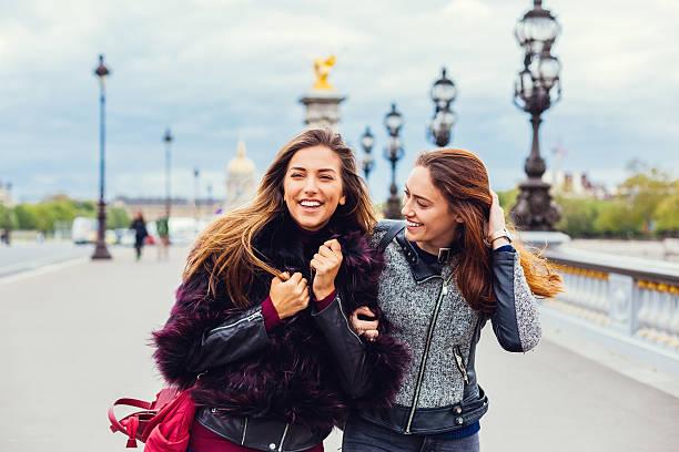 girls in paris - schwester stock-fotos und bilder