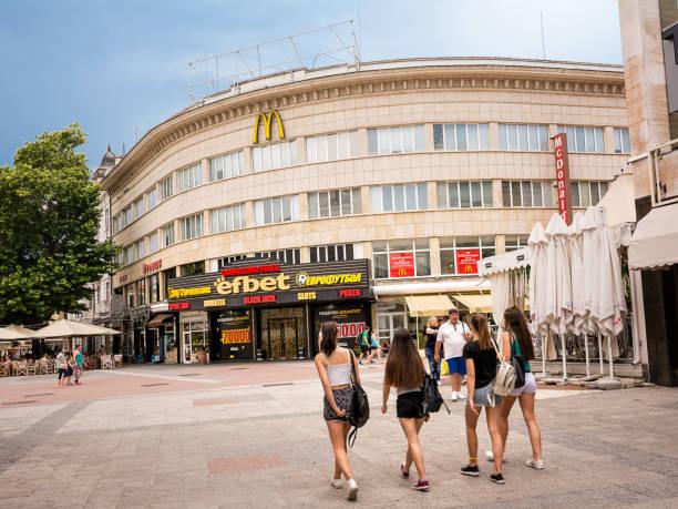 Mädchen in kurzen Hosen und Geschäften und Wetten im Hintergrund in Plovdiv (Bulgarien) – Foto