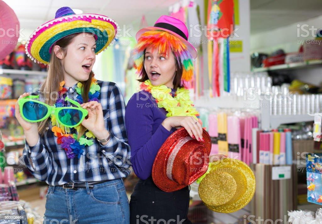 various colors 87ce9 43f60 Mädchen Im Store Festival Zubehör Stockfoto und mehr Bilder ...
