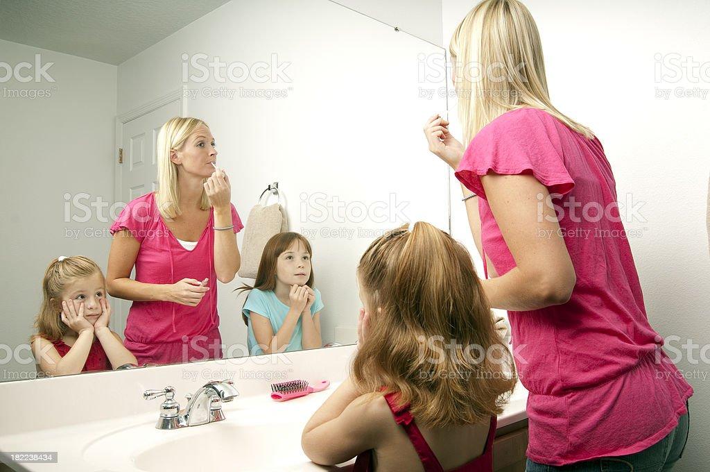 Mädchen Im Badezimmer Stockfoto und mehr Bilder von Badezimmer - iStock