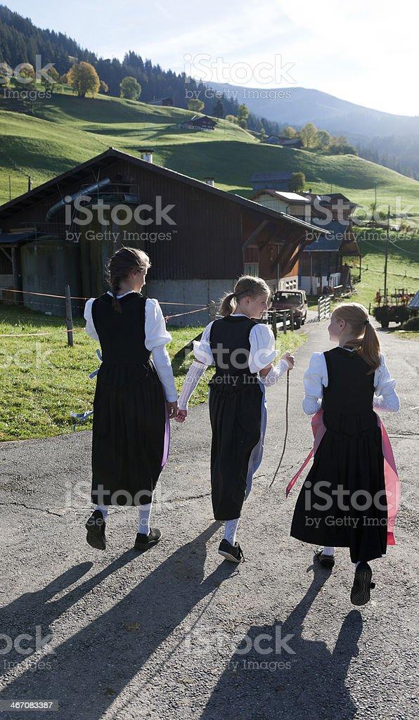 Ragazze Tradizionali In Camminare Montagna Svizzeri Abiti tordCBsQxh