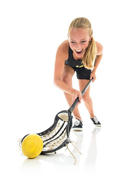 piłka dziewcząt gracza gry w lacrosse pola, strzał studio wyizolowanej akcji - kij do gry w lacrosse zdjęcia i obrazy z banku zdjęć