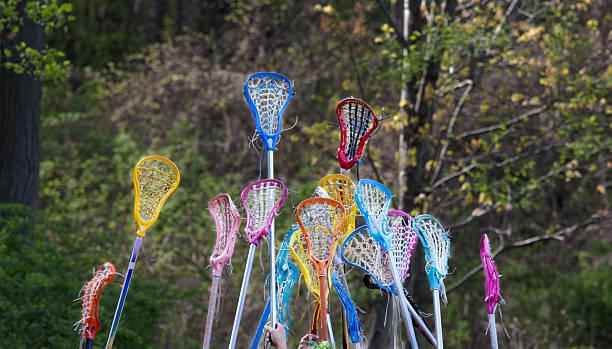 dziewczyny lacrosse podniesione w powietrzu - kij do gry w lacrosse zdjęcia i obrazy z banku zdjęć