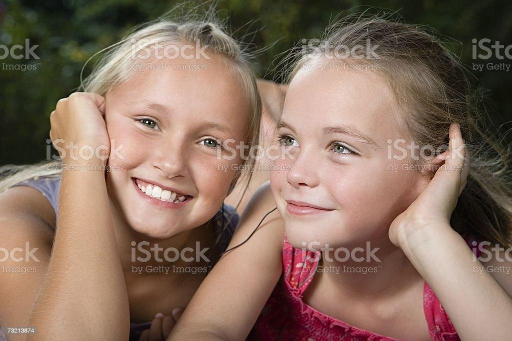 Meninas ouvir música foto de stock royalty-free