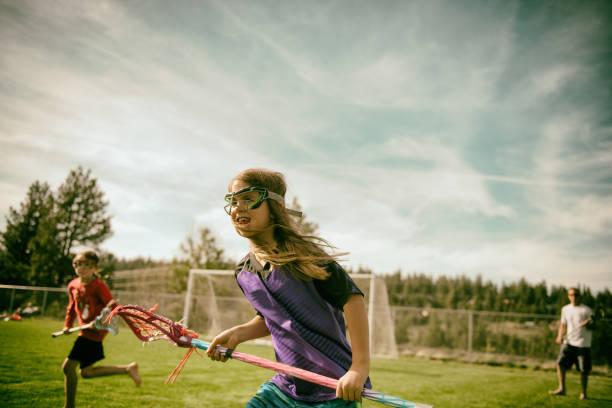 girls loving playing field sports - lacrosse zdjęcia i obrazy z banku zdjęć