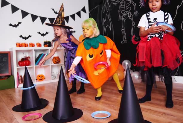 chicas amantes de este tipo de ejercicios - halloween game fotografías e imágenes de stock