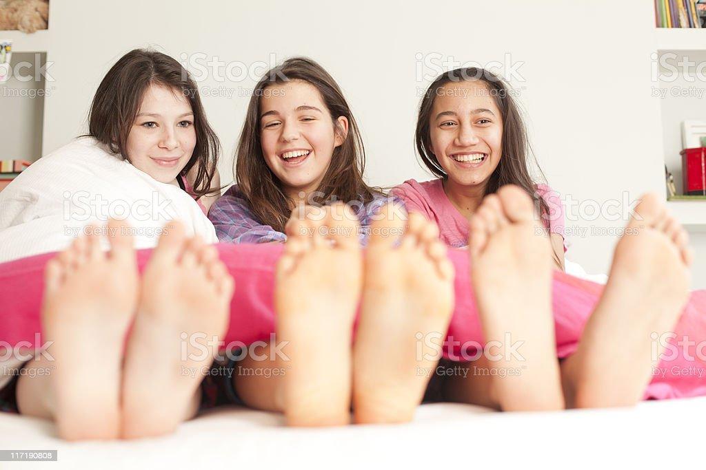 Mädchen liegen im Bett Lachen – Foto