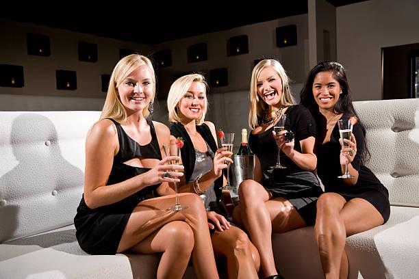 girls night out-gruppe von frauen feiern mit champagner - club sofa stock-fotos und bilder