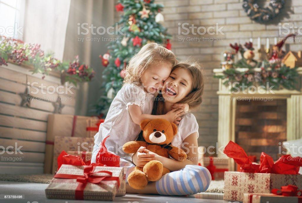 Mädchen Eröffnung Geschenke – Foto