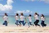 沖縄のビーチで女の子のパーティー