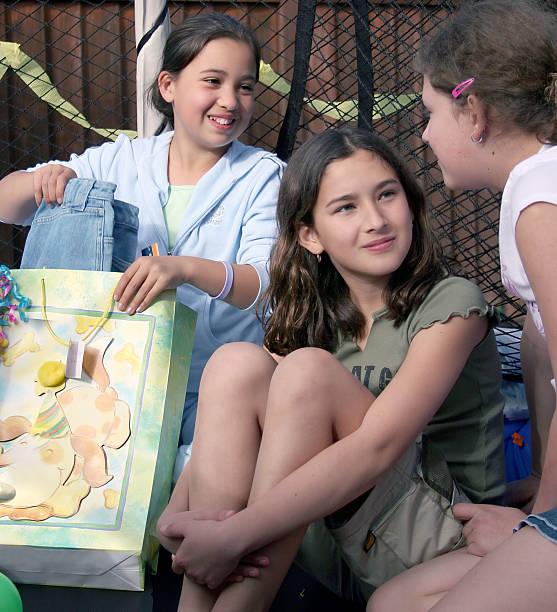 mädchen party - geburtstagsgeschenke für beste freundin stock-fotos und bilder