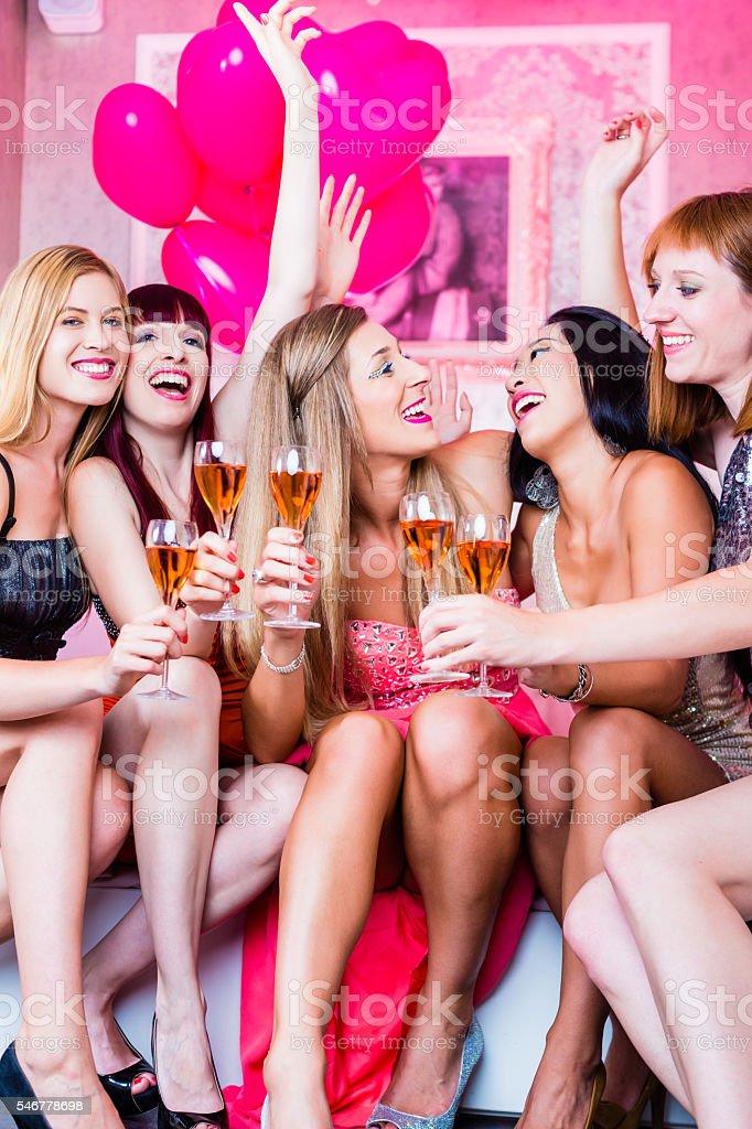 Ночной клуб ночные девочки ночной клуб великий новгород открытие