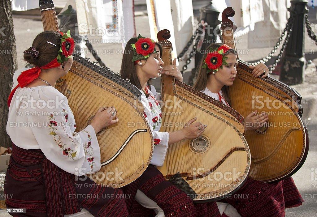 Девушки, играть bandura в ден. стоковое фото