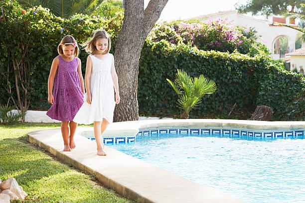 mädchen spielen am pool - pool schritte stock-fotos und bilder
