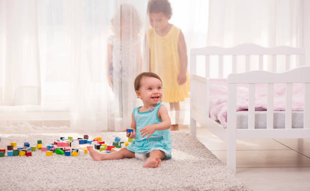 """mädchen spielen """"hide and seek"""" im kinderzimmer. - mädchen vorhänge stock-fotos und bilder"""