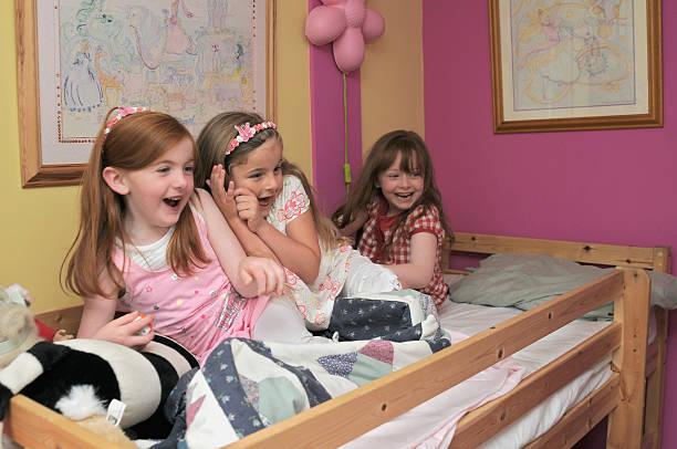 mädchen spielen im schlafzimmer - etagenbett weiss stock-fotos und bilder