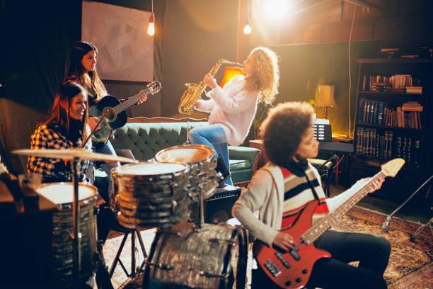 Mädchen spielen Jazzmusik. – Foto